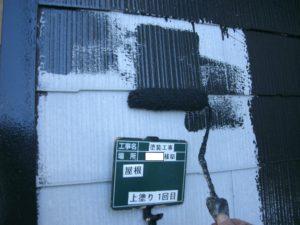 <p>屋根上塗り一回目です。