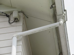 <p>附帯部(雨樋・破風板・基礎水切り板金など)も退色していました。
