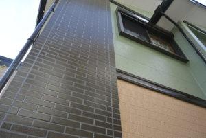 <p>1階・2階・タイル部分の色を分けて手塗りで丁寧に仕上げ、新築のように蘇りました