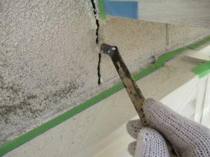 <p>塗装前に、亀裂箇所の補修を行います。プライマーを塗布します。