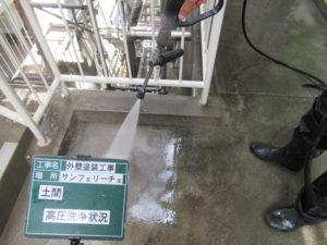 <p>土間を高圧洗浄で洗っていきます。