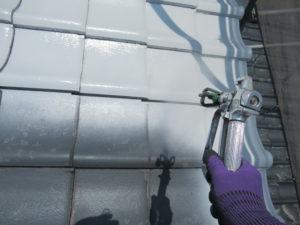 <p>瓦は、拭き付けで塗替えます。