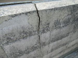 <p>塀にひびが入ってました。