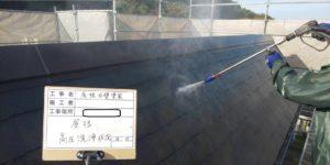 <p>屋根も高圧洗浄でしっかり洗っていきます。