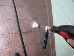 <p>屋根を高圧洗浄で汚れを洗い落とします。