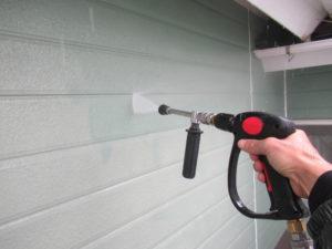 <p>壁も高圧洗浄で汚れを洗い落としていきます。