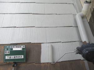 <p>屋根の下塗りをします。