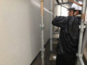<p>高圧洗浄で汚れを洗い流していきます。