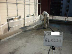 <p>高圧洗浄で庄をかけ汚れを洗い落としていきます。
