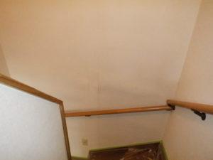 <p>今回塗替えの前に散水調査をご依頼くださいました。 雨漏りが原因で壁が浮いているのが見られます。