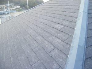 <p>施工前の屋根の写真です。経年劣化による色あせが見られます。