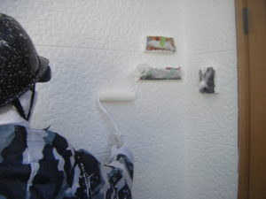 <p>屋根と同様超低汚染リファインで上塗りをしていきます。