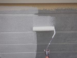 <p>別面の外壁も下塗りをしていきます。