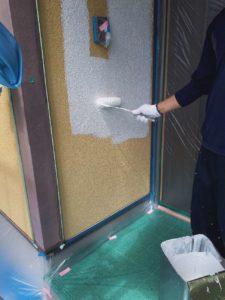 <p>外壁下塗り作業。