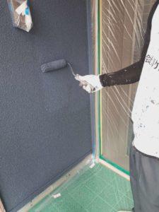 <p>外壁上塗り作業上塗り2回目。塗り残しがないように細心の注意をはらいます。