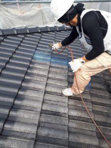 <p>屋根上塗り作業1回目。