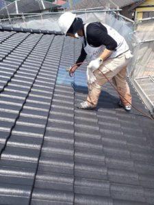 <p>屋根上塗り作業2回目。塗り残しがないよう細心の注意をはかます。