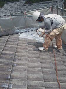 <p>屋根下塗り作業。上塗りとの密着度を高める為、丁寧に塗っていきます。
