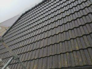 <p>屋根施工前の様子。 汚れの付着やコケがあります。